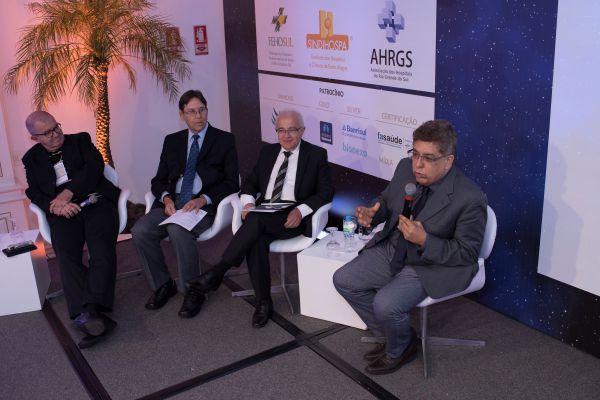 Alceu-Alves-da-Silva-coordenou-debate-final-entre-os-palestrantes-do-Saúde-do-Futuro-